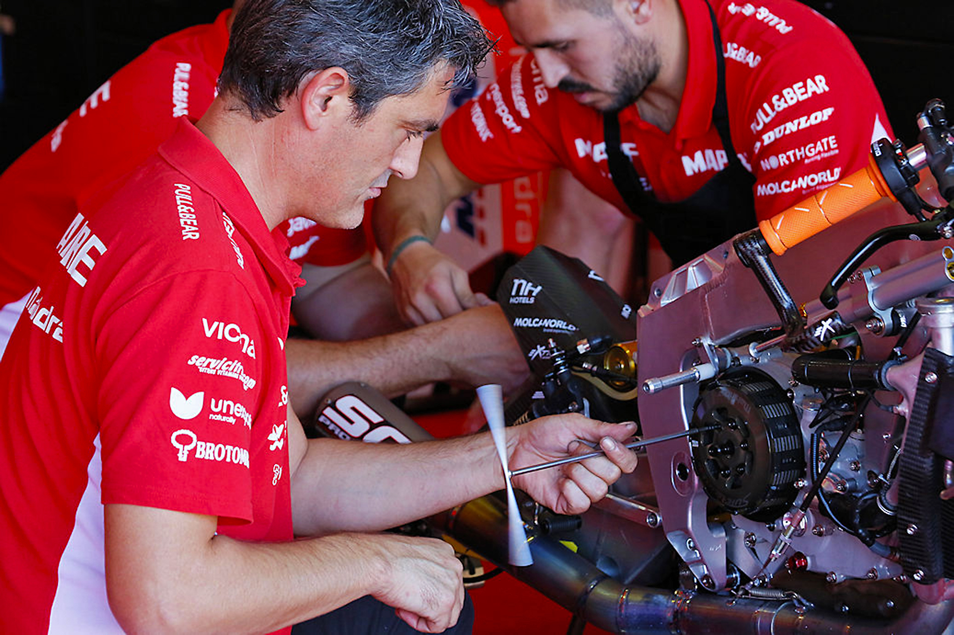 Mechanical Team Mapfre and disassembling the clutch the bike Mahindra